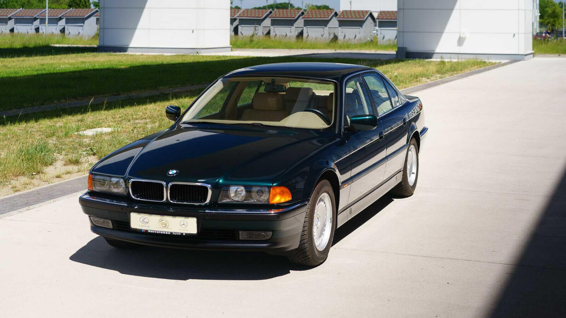 """El are un BMW 740i (E38) produs în 1997, și în ciuda faptului că este mai vechi decât majoritatea mașinilor pe care le vedeți astăzi pe șosea, mașina este practic nouă. Și asta datorită """"unei capsule de aer cu recirculare mecanică a aerului""""."""