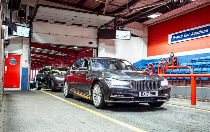 Oamenii s-au înghesuit la o licitație de mașini rulate în ciuda pandemiei COVID-19