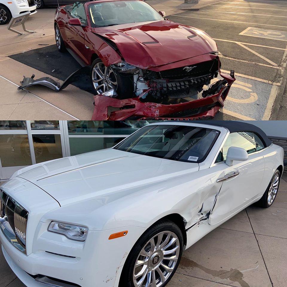 S-a întâmplat în Scottsdale, Arizona (SUA). Un șofer a închiriat un Ford Mustang GT Convertible și a făcut o greșeală care îl va costa foarte scump. El a apăsat pedala de accelerație în locul frânei și a lovit un Rolls-Royce Dawn.