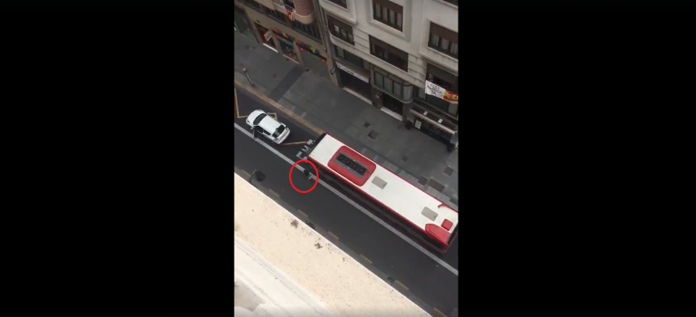 un sofer de autobuz loveste o masina parcata in statie