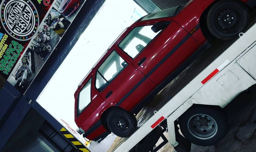 Mai multe mașini au fost găsite abandonate într-un showroom. Mașinile zăceau acolo din anii `90