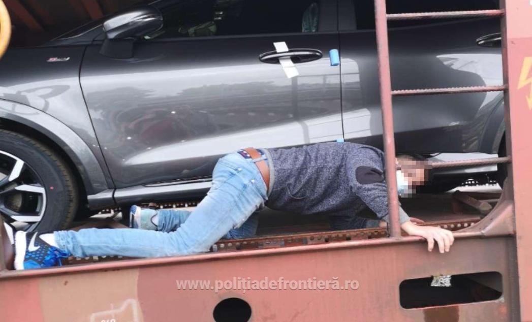 """Un tren încărcat cu mașini produse la Craiova ascundea un """"transport"""" neobișnuit. Ce au găsit vameșii? FOTO"""