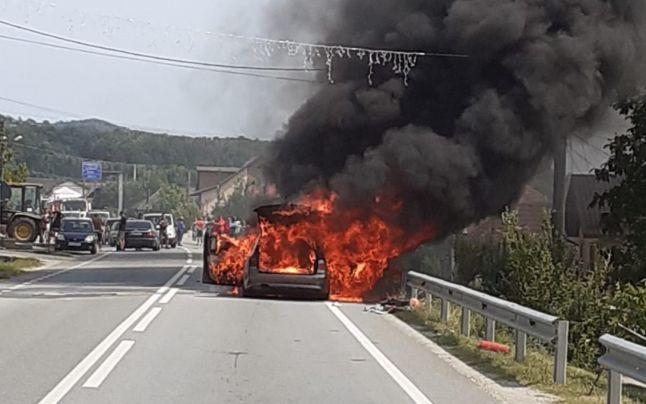un-autoturism-bmw-a-luat-foc-