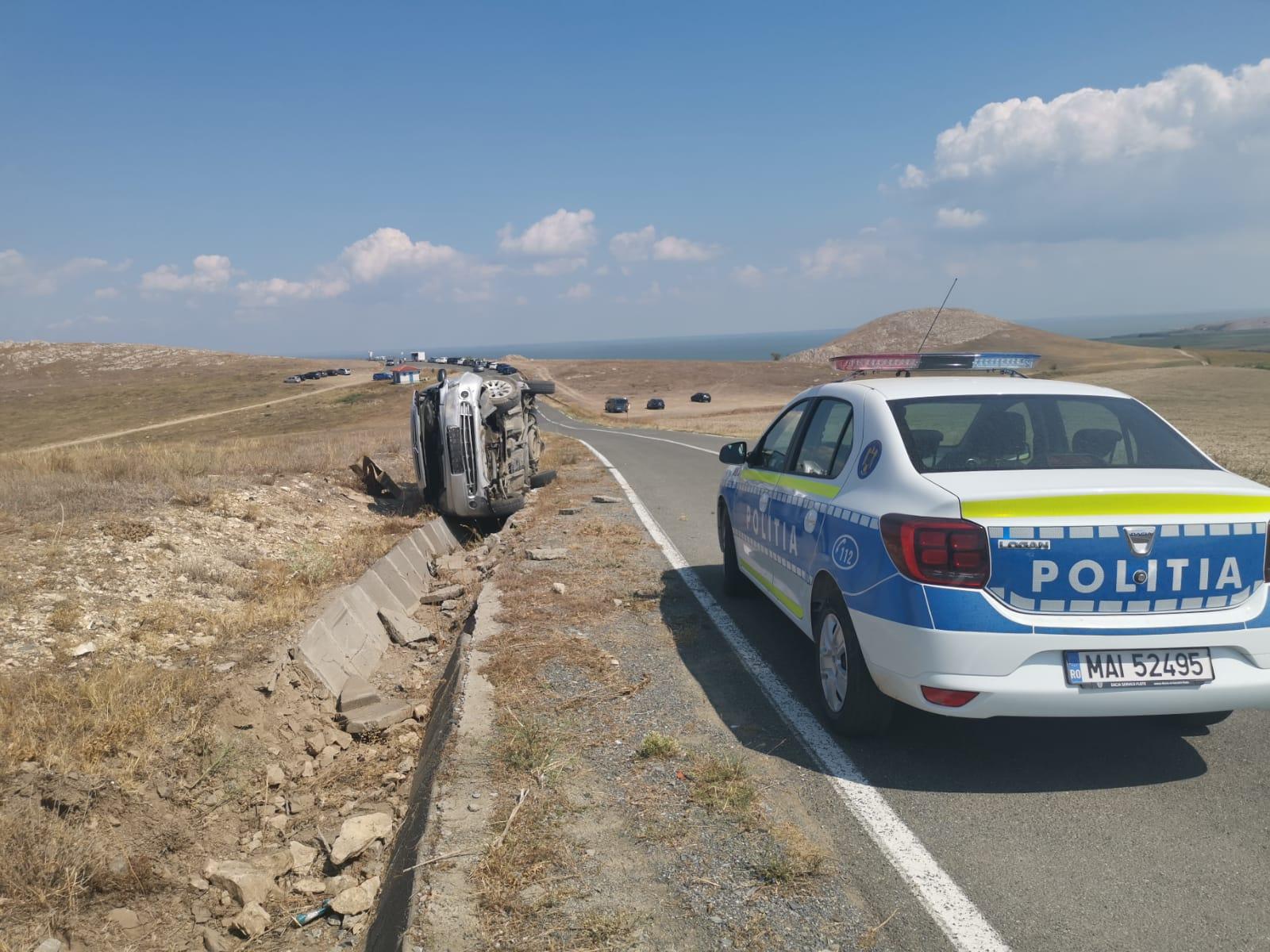 Accident bizar la cetatea Enisala. O șoferiță a răsturnat mașina într-o poziție nefirească - FOTO