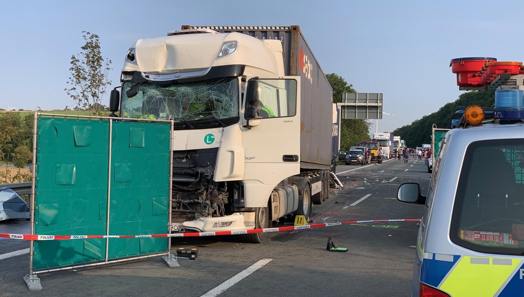 Patru români şi-au pierdut viaţa în Germania. Mașina în care se aflau a fost strivită între două TIR-uri - FOTO