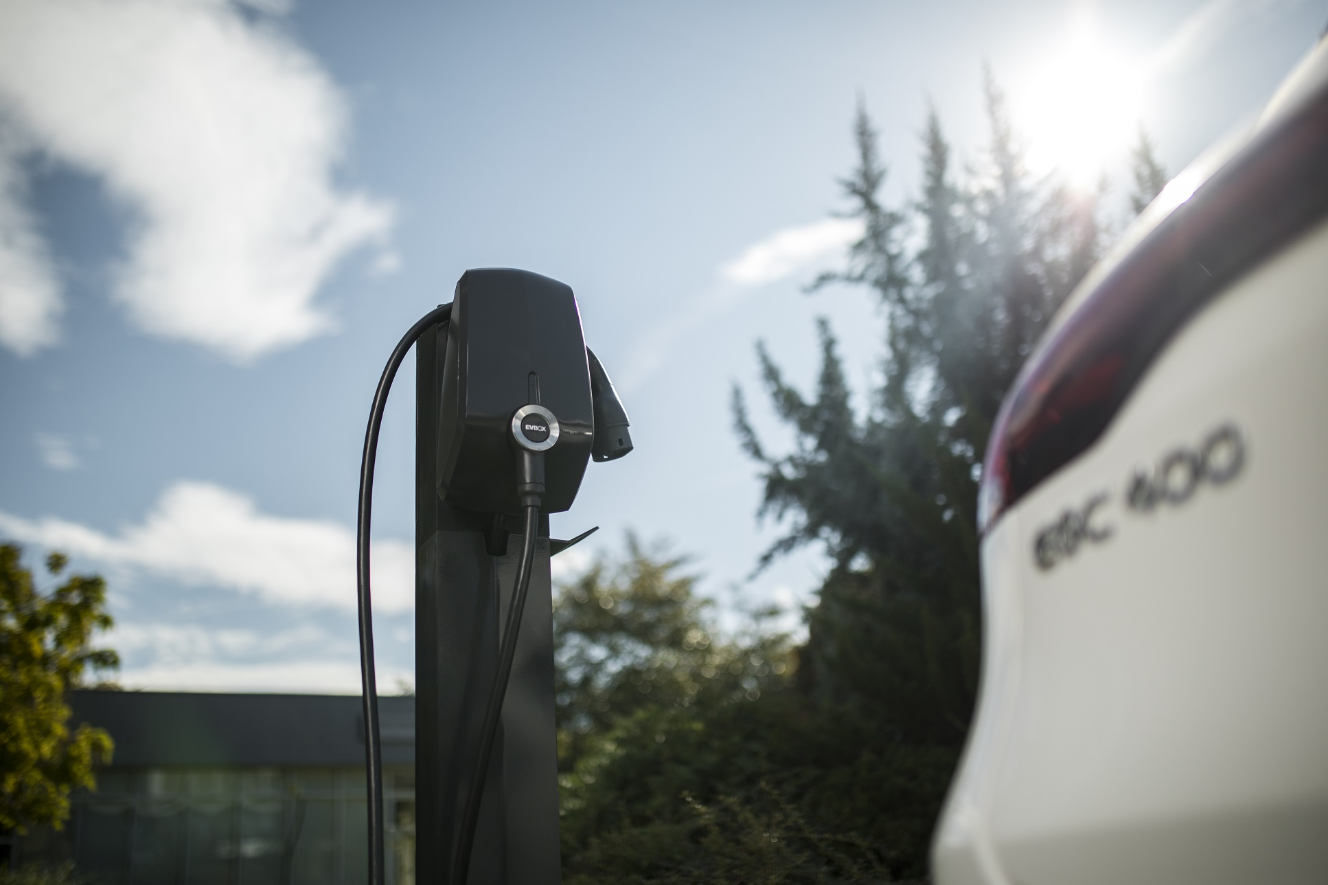 Mercedes-Benz oferă o stație de încărcare gratuis la fiecare Mercedes-Benz EQC achiziționat
