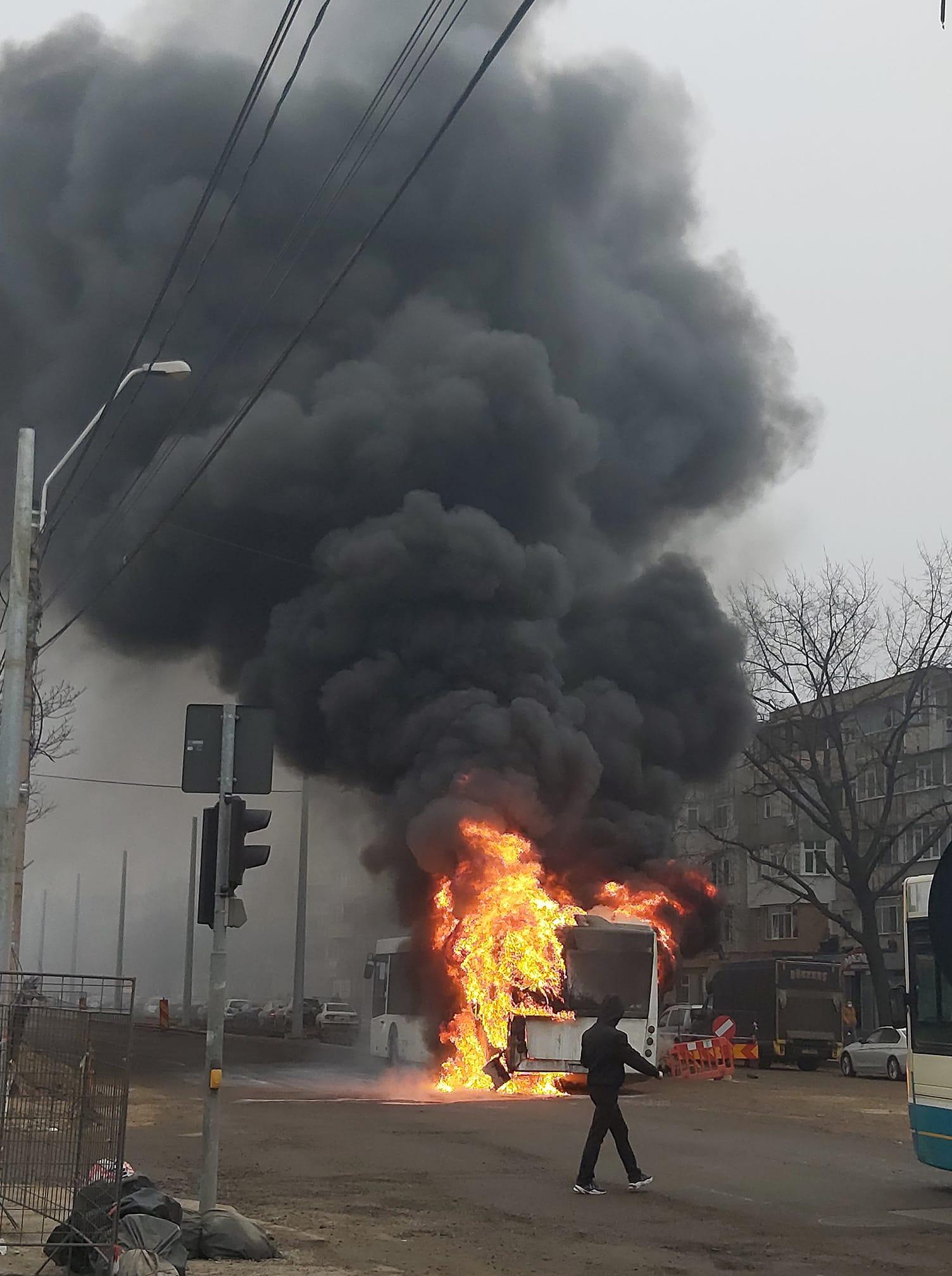 Un autobuz al societății de transport public a luat foc în mers