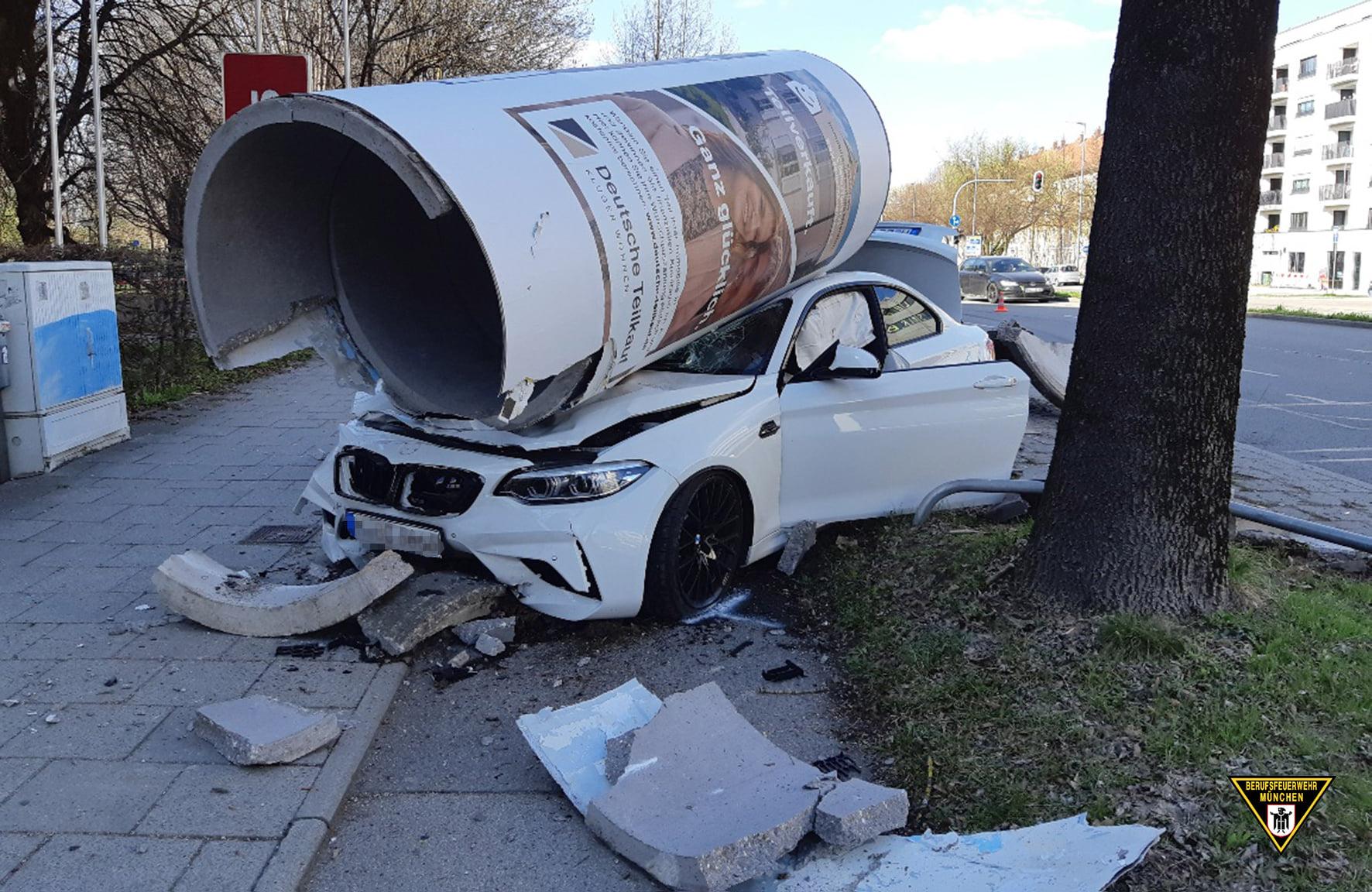 Accident spectaculos cu un BMW M2 Competition. Mașina a spulberat un obiect din beton - FOTO