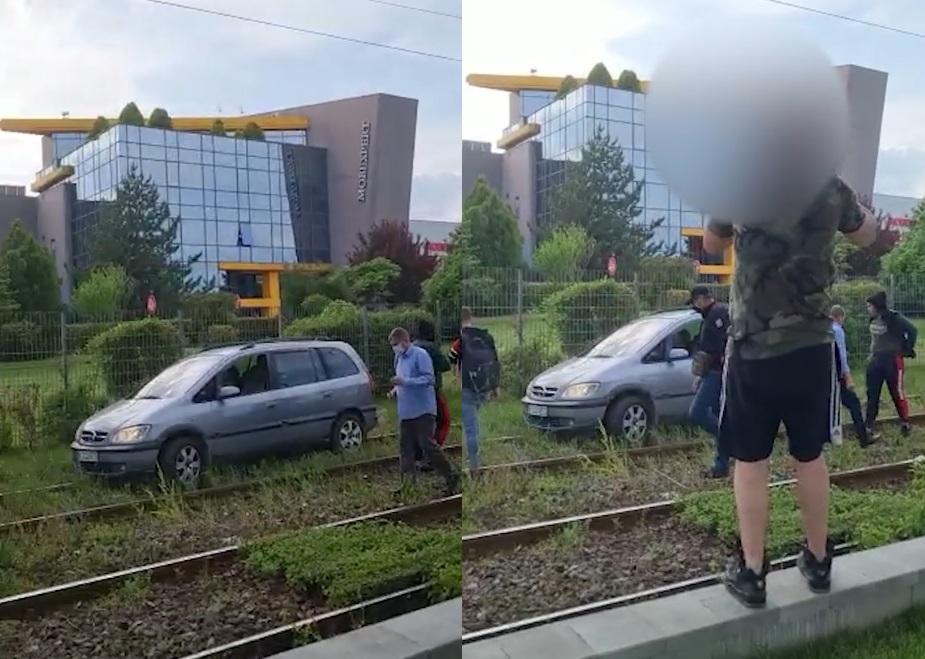 Un Opel Zafira a ajuns pe linia de tramvai. Justificarea șoferului a strânit hohote de râs - VIDEO