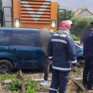 Un autoturism a fost lovit de tren la Rădăuți. În mașină se aflau cinci persoane - VIDEO